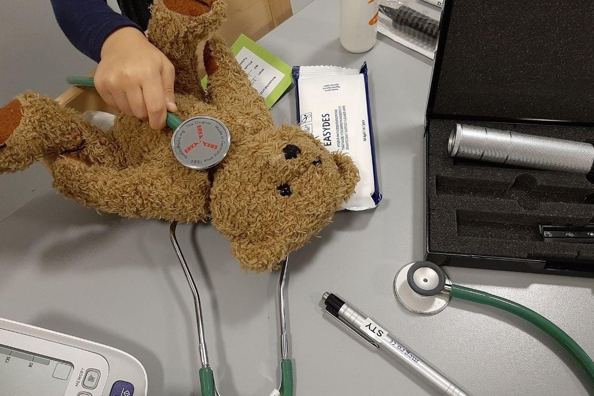 Nallea tutkitaan stetoskoopilla. Esillä on myös muita sairaalatarvikkeita.